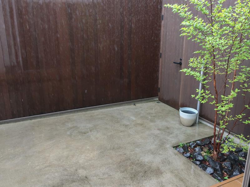 雨の日の中庭